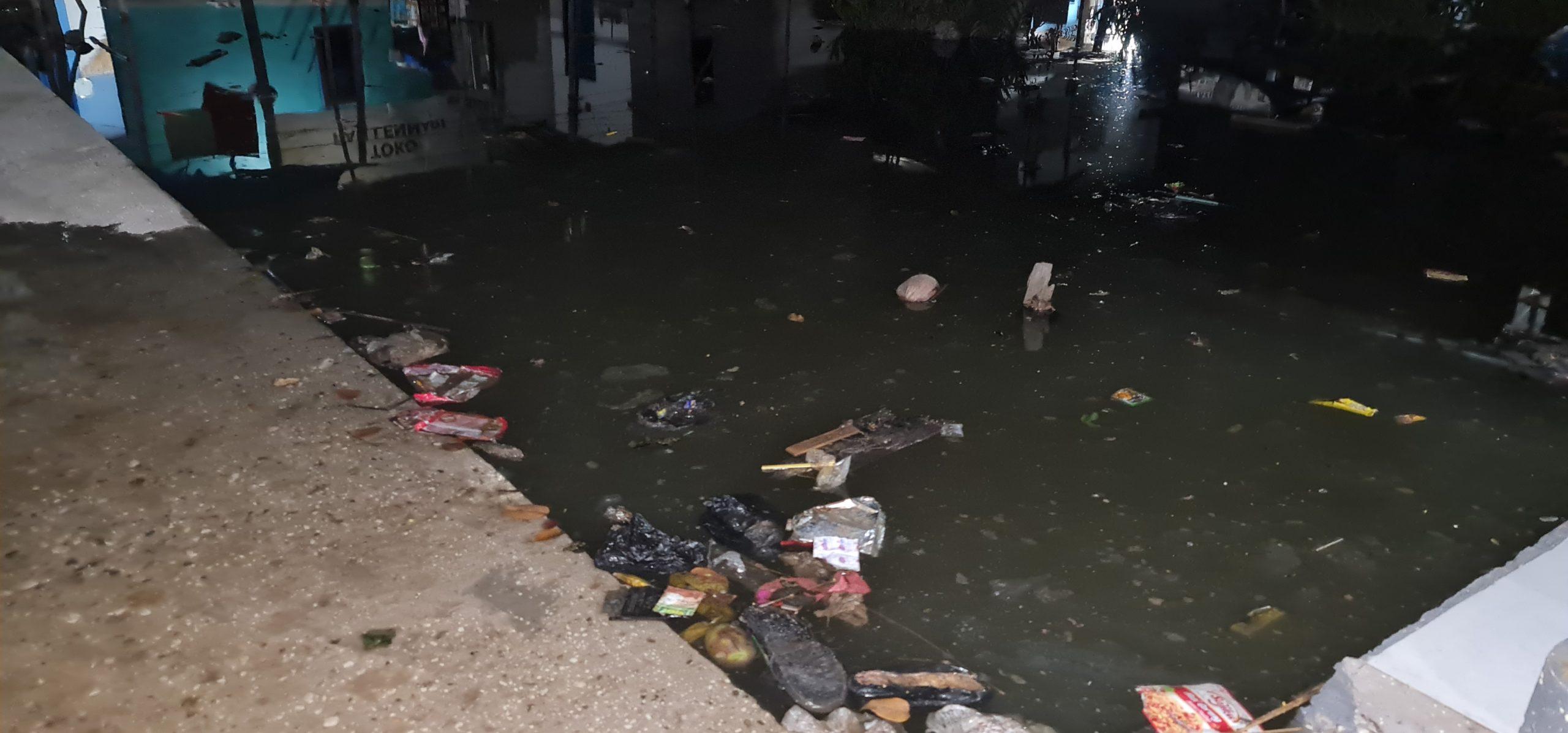 Air Laut Bawa Sampah Ke Pemukiman Warga