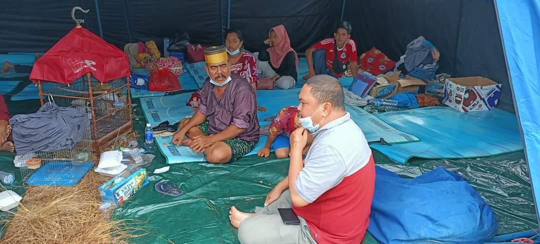 Foto H Mutamir Berbincang dengan warga di Pengungsian