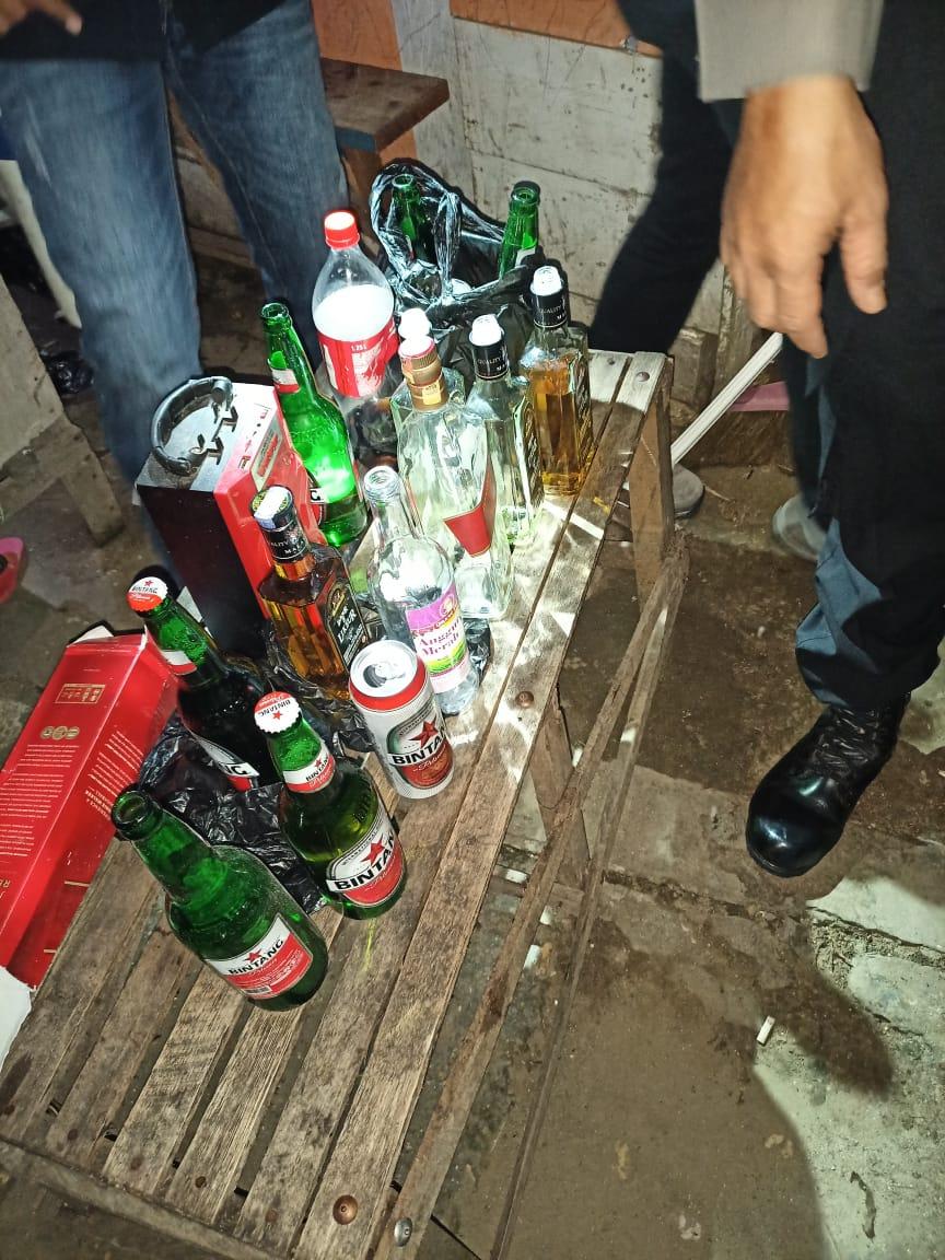 Pihak Keamanan Menyita Minuman Beralkohol di salah satu tempat masyarakat berkumpul dan mengadakan pesta miras.