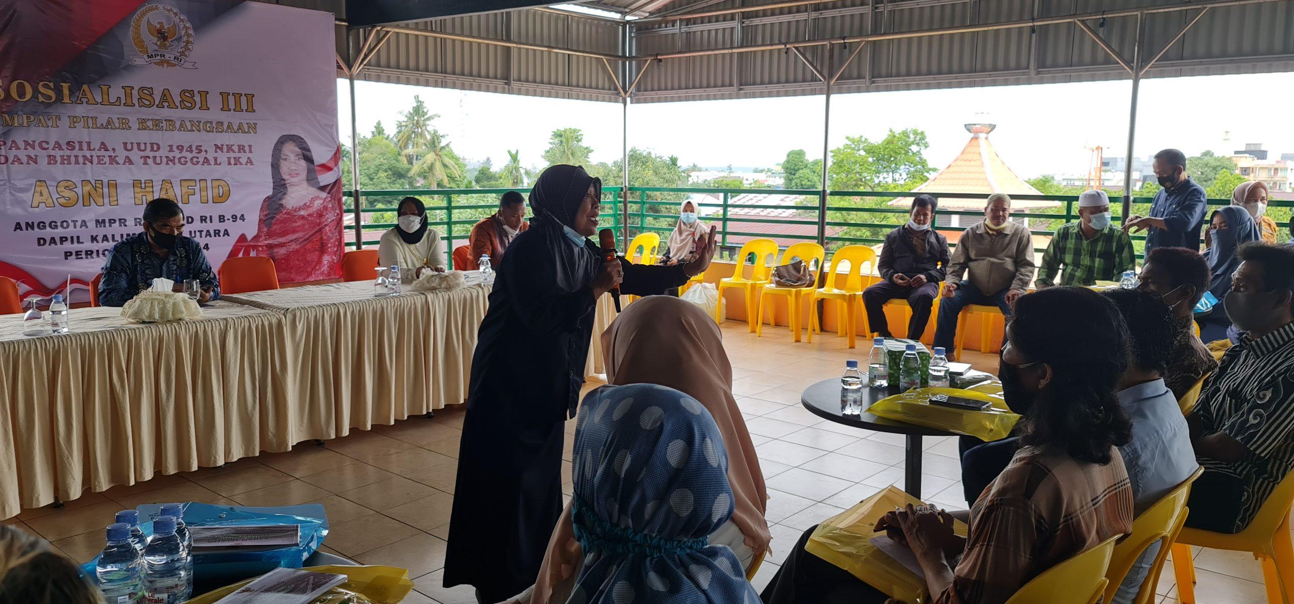 Narasumber Hj Fajar Arsidana, S.Pdi MM menyampaikan materi dan berinteraksi dengan salah seorang peserta dalam sosialisasi 4 pilar kebangsaan.
