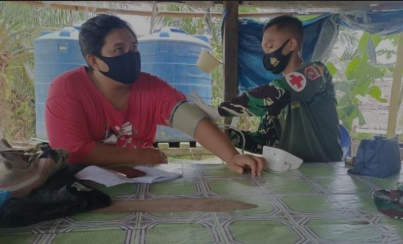 Tim Medis TMMD Kodim 0911/Nunukan memerilsa kesehatan Warga RT 11 Desa Binusan